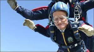 anziano in paracadute